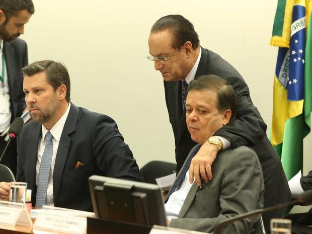 O deputado federal Paulo Maluf (PP-SP) conversa com oo deputado federal e relator da comissão que aprovou a abertura do processo de impeachment da presidente Dilma, Jovair Arantes (PTB- GO), e o deputado Carlos Sampaio (PSDB-SP), durante reunião realizad (Foto: André Dusek/Estadão Conteúdo)
