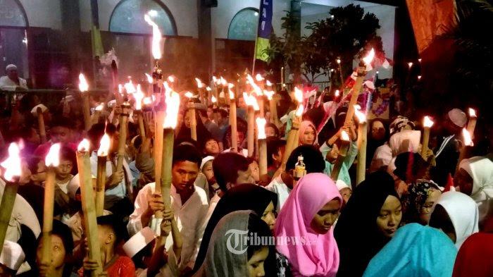 Sambut Tahun Baru Islam 1 Muharram 1440 H, Ratusan Warga Pela Mampang Pawai Obor.