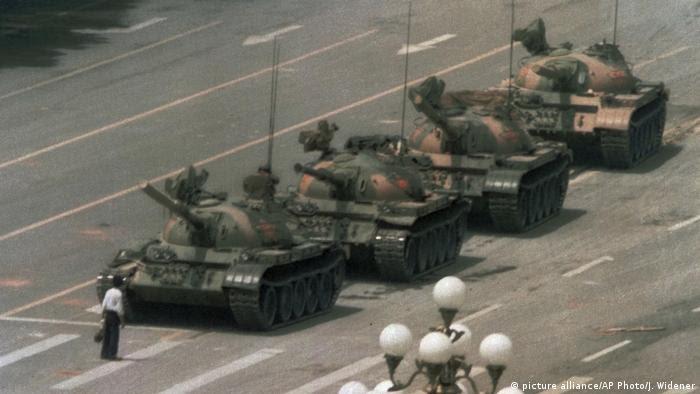 China Mann stoppt Panzerkolonne Tiananmen-Platz 1989 (picture alliance/AP Photo/J. Widener)