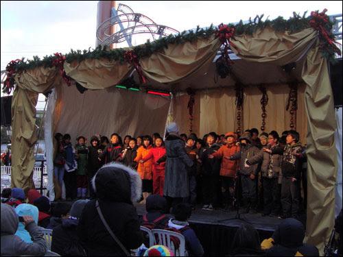 Distillery District choir skings Avril