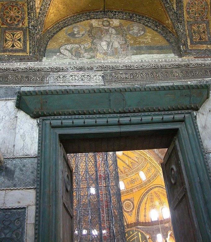 Ιστορίες  χαραγμένες στις πόρτες της  Αγίας Σοφίας