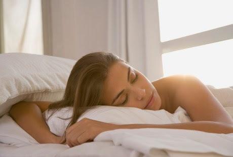 wanita, artis, dan orang tidur tengkurap-Posisi Tidur Yang Berbahaya Dan Harus Dihindari  - munsypedia
