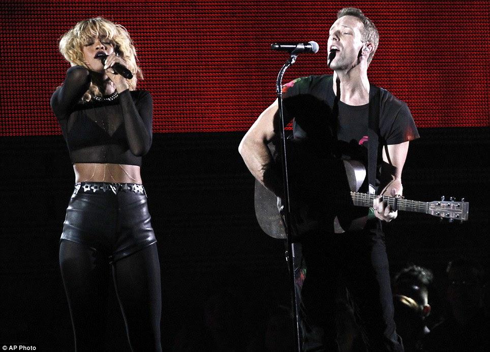 Pared baixo desempenho: Rihanna realizada Princesa da China com Chris Martin do Coldplay