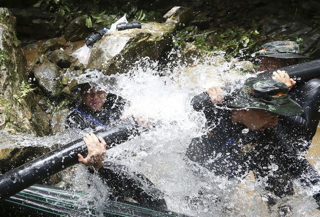 Στρατιώτες προσπαθούν να συνδέσουν σωλήνες για την απάντληση υδάτων