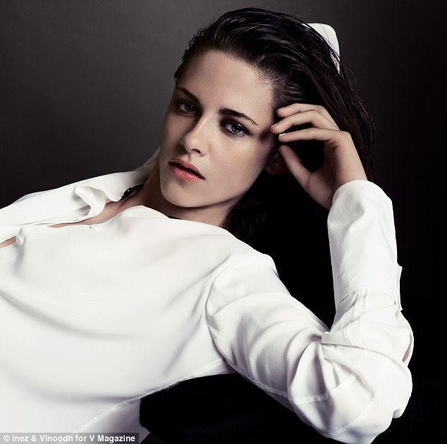 Etten bir flash: başka bir görüntü, bir zorlukla düğmeli beyaz bir gömlek reclines Kristen