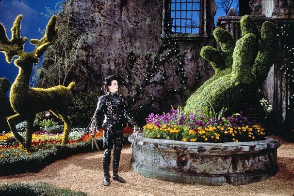 As mãos de Edward fazem esculturas nas árvores do jardim do castelo onde vive (Foto: Divulgação)