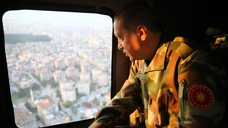 Ο Τούρκος Πρόεδρος Ταγίπ Ερντογάν σε στρατιωτικό ελικόπτερο φορώντας στολή παραλλαγής Πηγή: Ak Parti