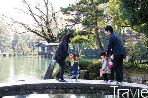 겐로쿠엔에서 봄을 만끽하고 있는 사람들