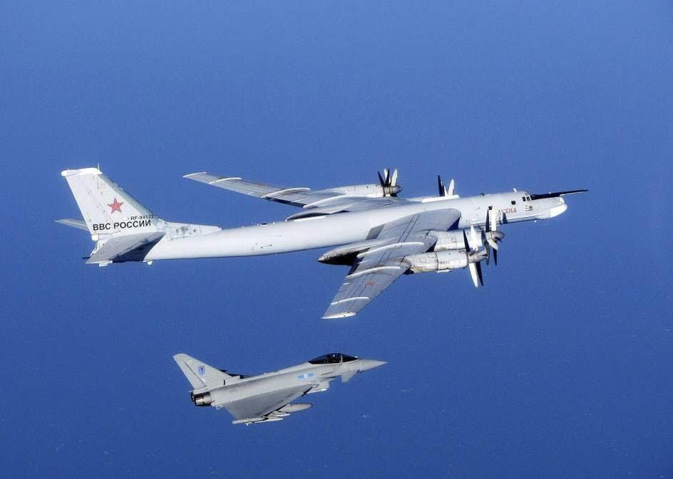 Un caza británico intercepta un bombardero ruso