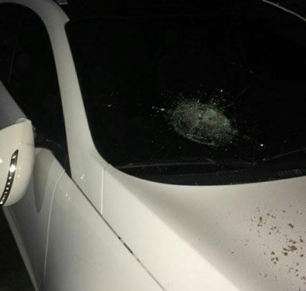 O carro do atacante e mais três veículos, que estavam no estacionamento privativo da concentração, foram apedrejados após a partida