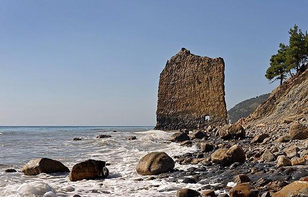 Chamada de Sail Rock, rocha vela, fica localizada na Rússia, a 17 km de Gelendzhik. Tem 30 metros de comprimento e 25 de altura (Foto: Divulgação)