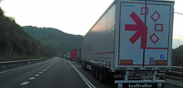 Largas colas formadas por los camiones también en la N-121-A. /  A.D.C.