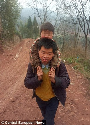 Gendong anak lumpuh ke sekolah tiap hari 18 km !