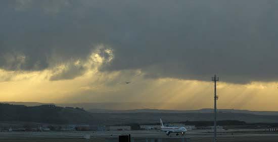Felszállás a felkelő napban a négyes terminálon, Madrid, Spanyolország