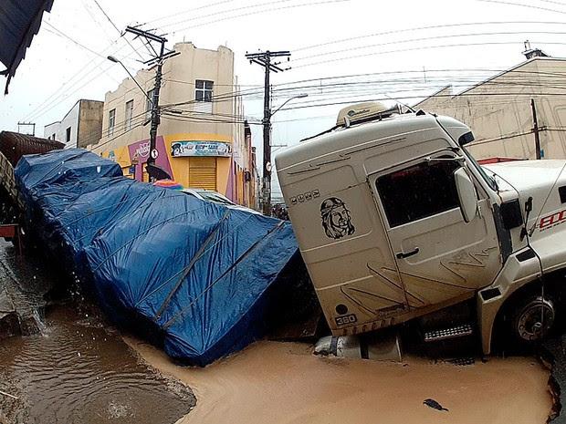 Asfalto cede e carreta afunda em Salvador (Foto: Ivanildo Santos/ TV Bahia)