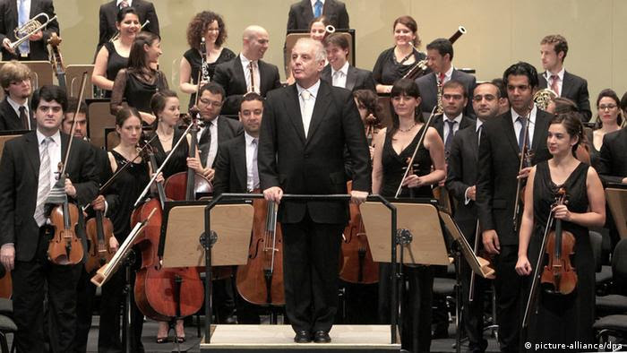 Argentinian-Israeli conductor Daniel Barenboim acknowledges the audience after performing with the West-Eastern Divan Orchestra at the Maestranza Theater in Seville, Spain, 18 July 2012. Copyright: picture-alliance/dpa