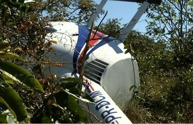 Helicóptero cai em Corumbá de Goiás e os quatro ocupantes sobrevivem 2 (Foto: Reprodução/ TV Anhanguera)