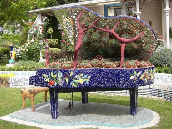 DIY garden idea with old piano