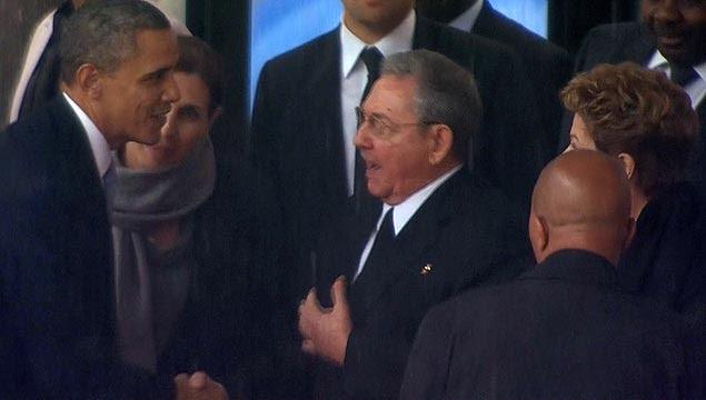 Barack Obama e Raúl Castro se cumprimentam em cerimônia de morte de Nelson Mandela