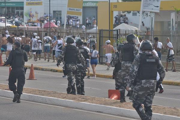 Alguns torcedores foram levados pela polícia antes do início da partida