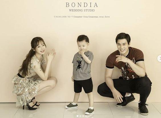 지연수, 11살 연하 남편 일라이+붕어빵 아들과 다정한 가족사진 ...