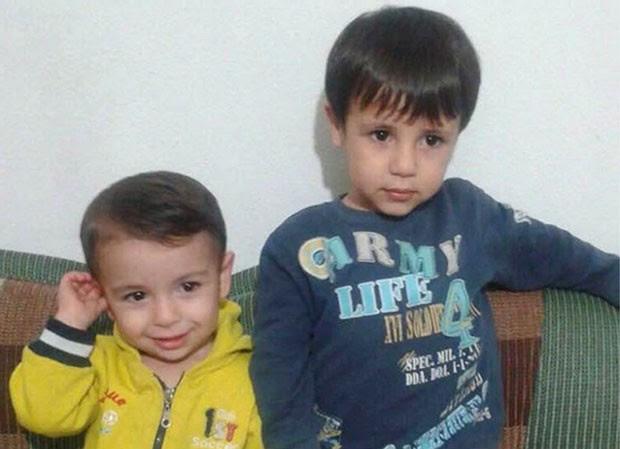 Aylan Kurdi, de 3 anos, e o irmão, Galip, de 5 anos, em foto mostrada pela tia dos meninos (Foto: Cortesia de Tima Kurdi/The Canadian Press via AP)