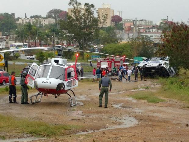 Ônibus tomba e deixa sete pessoas feridas em Pindamonhangaba (Foto: Vinícius Vilaça/Vanguarda Repórter)