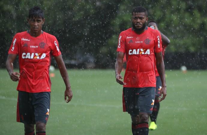 Gabriel treinou sob forte chuva nesta quinta-feira, no Ninho (Foto: Gilvan de Souza/Flamengo)