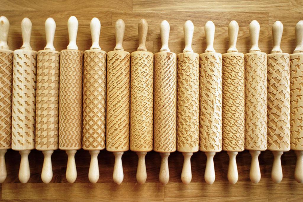 Veja este criativo rolo de madeira que imprime padrões decorativos 13