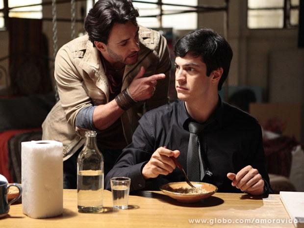 Valentin avisa Félix que Ninho pode descobrir tudo sobre Paulinha (Foto: Pedro Curi/TV Globo)
