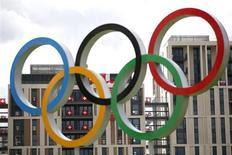 El atletismo tendrá una parte más pequeña de los ingresos olímpicos en el futuro, después de que el Comité Olímpico Internacional recalculase el miércoles los ingresos de cada federación según su contribución a los Juegos. En la imagen, los aros olímpicos en la villa olìmpica de Londres el 19 de julio de 2012. REUTERS/Jae C. Hong/Pool