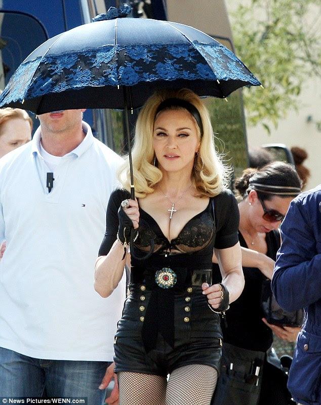 Aşağı tonlama değil: Madonna çok düşük kesim üst ve dantelli sutyen giyer Floransa, İtalya o filmlerde ona yeni müzik video gibi