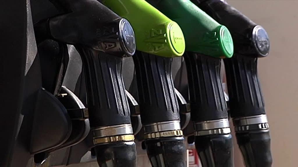 Resultado de imagem para Partidos ameaçam baixar imposto nos combustíveis à revelia do PS