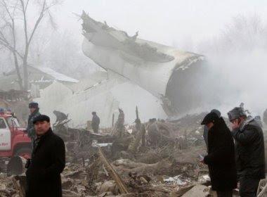 Pelo menos 37 pessoas morrem em queda de avião próximo ao aeroporto do Quirguistão