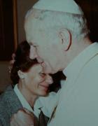 Una foto storica: la madre di Emanuela Orlandi consolata da papa Karol Wojtyla