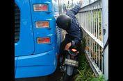 Nekat Terobos 'Busway', Pengendara Motor Ini Terjepit Bus Transjakarta