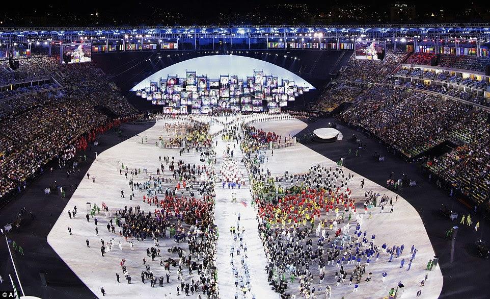 Os atletas são introduzidos durante a cerimônia de abertura dos Jogos Olímpicos de 2016 no Rio de Janeiro, Brasil, Sexta-feira