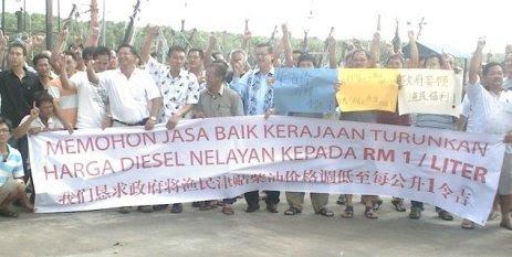 Protes, Sebahagian daripada Ahli Persatuan Nelayan Pukat Tunda Kuantan yang kecewa dengan harga minyak diesel dan melancarkan mogok di jeti LKIM , Kemunting petang semalam