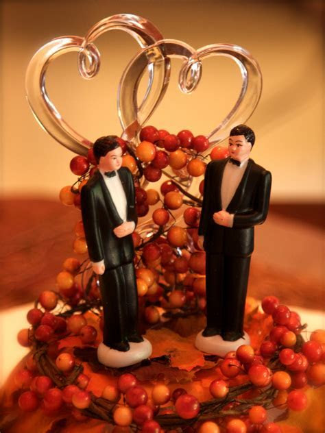 Gay couple sues shop for refusing to make them a wedding