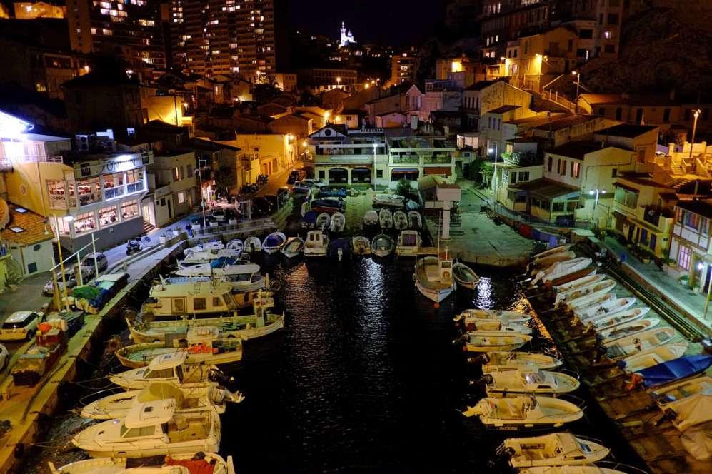 Una vista de noche del puerto 'Vallon des Auffes' en la sureña ciudad francesa de Marsella.