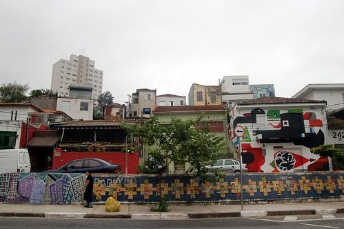 An einem Abhang im Viertel Vila Madalena sind alle Häuserfronten bemalt