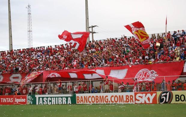 Torcida do América-RN fez a festa no estádio Nazarenão (Foto: Augusto Gomes/GLOBOESPORTE.COM)