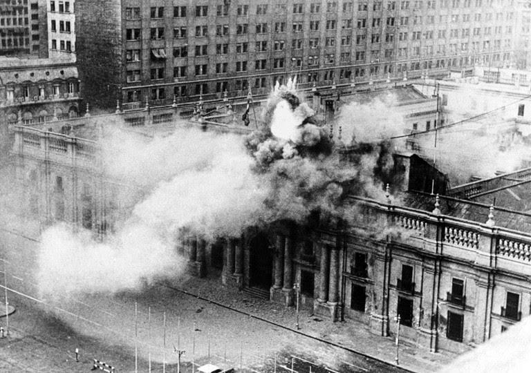 <p>El Palacio de la Moneda, sede del Presidente de la República de Chile, bombardeado por las Fuerzas Armadas durante el golpe de Estado a Salvador Allende. 1973.</p>