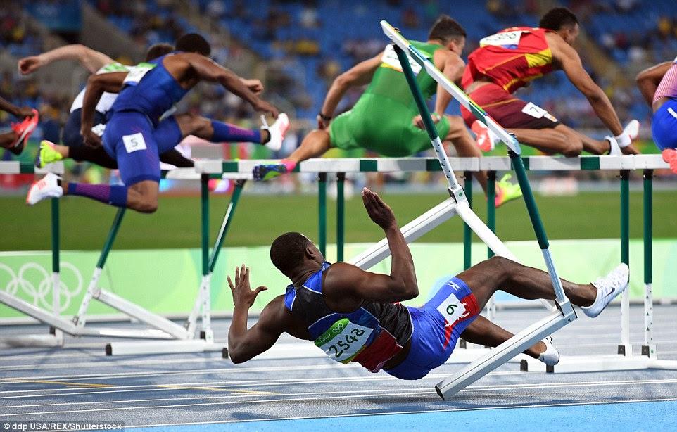 Houve uma queda espetacular para o Haiti Jeffery Julmis nas meias-finais dos 110 metros com barreiras, levando a sua desqualificação