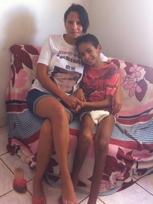 Mãe luta para manter os tratamentos e amenizar sequelas em Wender Cauã, em Formosa, Goiás (Foto: Fernanda Borges/G1)