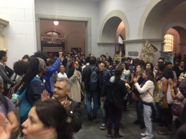 Manifestantes chegam à Faculdade de Direito do Largo São Francisco.  (Foto: Roney Domingos/G1)