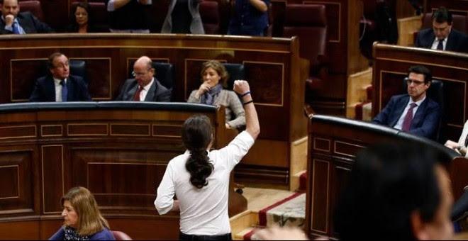 Pablo Iglesias slauda a su bancada con el puño en alto. / ANDREA COMAS (REUTERS)