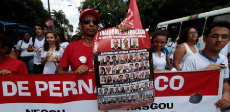 Paralisação dos professores conta com apoio maciço dos alunos, que comparecem às manifestações dos docentes / Foto: Edmar Melo / JC Imagem