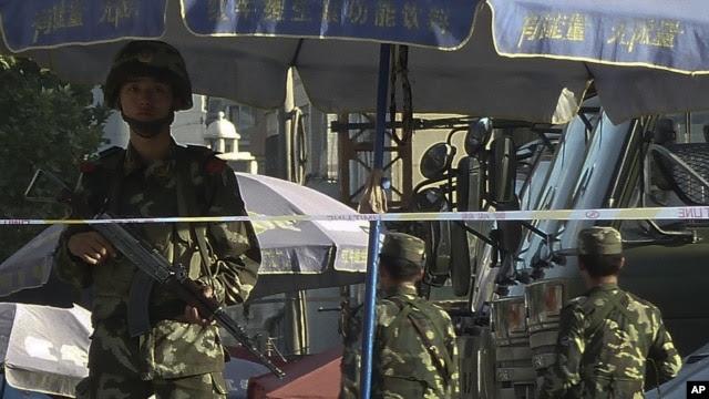 警方2011年8月1日加强在乌鲁木齐的警戒,中国指责穆斯林极端分子在咯什进行恐怖袭击