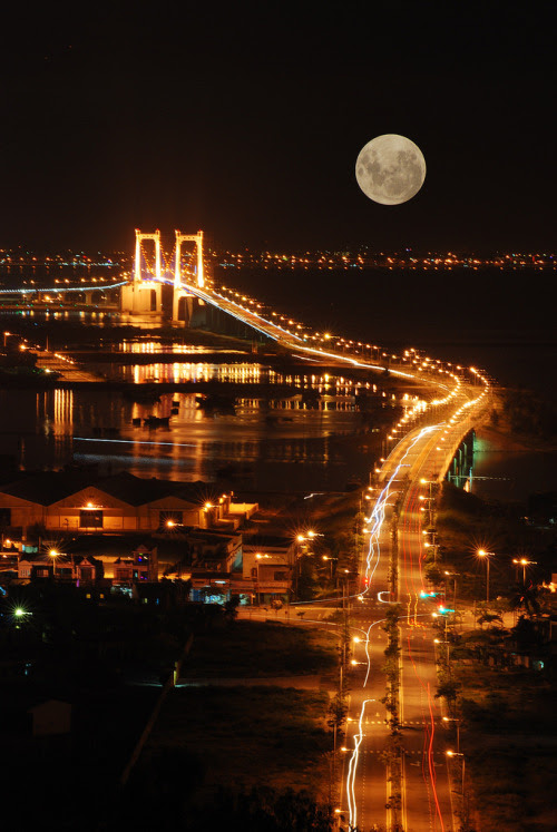 Does it ever appear that big????  lori-rocks:  Full Moon (by gienkhan)